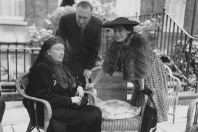 Walton with his wife Susana and Edith Sitwell (sitting)