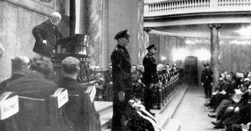 """Richard Strauss talks in 1934 as president of the """"Reich Music Chamber"""" at the University of Berlin"""